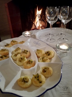 Hello! It is Christmas Eve and guests are on arrival. The ideal place to welcome them could be a cosy, comfortable corner by the fireplace, where warm, fragrant appetizers, made of puff pastry, wait for them. These appetizers are easy, light and fast to be made.